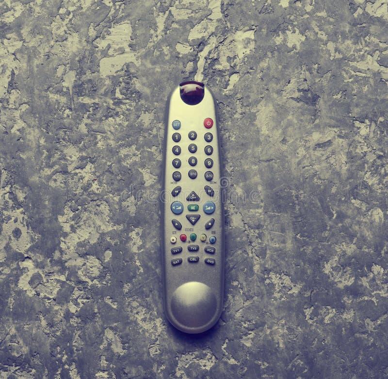 Los controles de la TV en una tabla concreta gris Visión superior fotografía de archivo