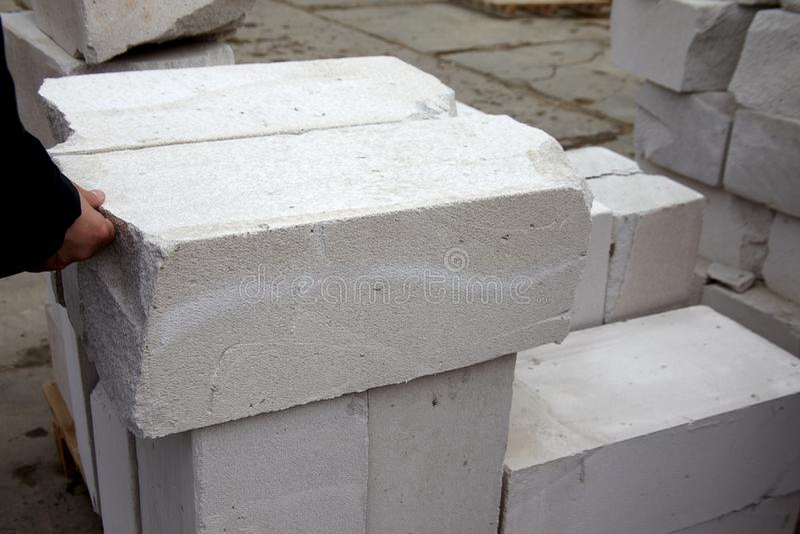 Los controles del albañil esterilizaron los bloques de cemento aireados en una fábrica fotografía de archivo