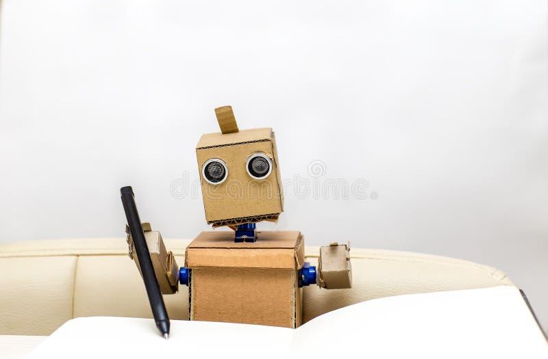 Los controles del robot en el suyo dan una pluma imagen de archivo libre de regalías
