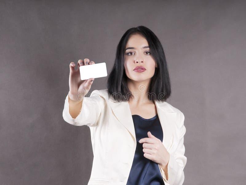Los controles hermosos de la muchacha distribuyen el márketing del estudio de la tarjeta de visita foto de archivo