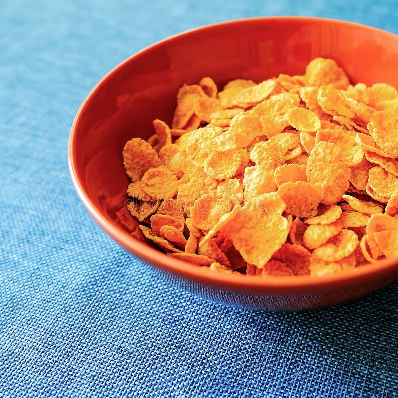 Los copos de maíz cereal y leche en una arcilla ruedan Desayuno de la mañana fotografía de archivo libre de regalías