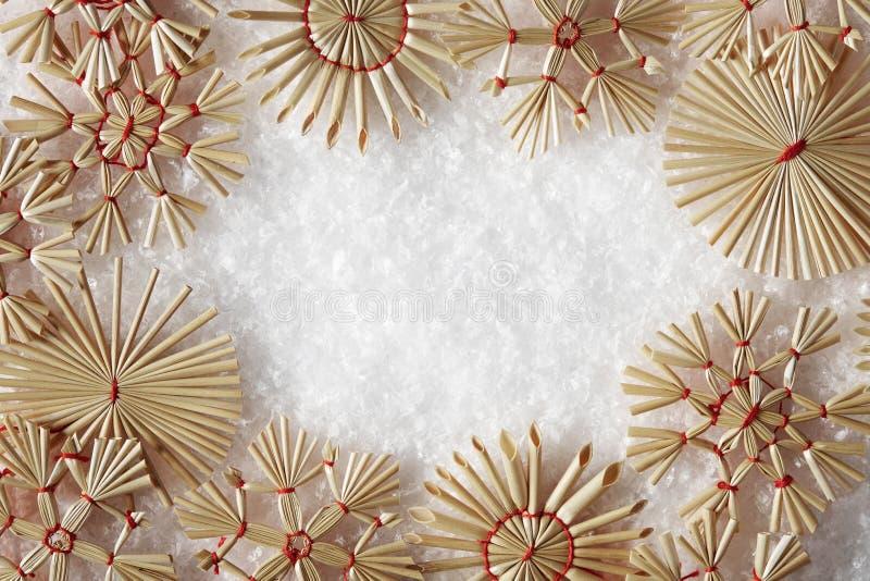 Los copos de nieve enmarcan, Straw Snow Flakes Christmas Decoration fotografía de archivo