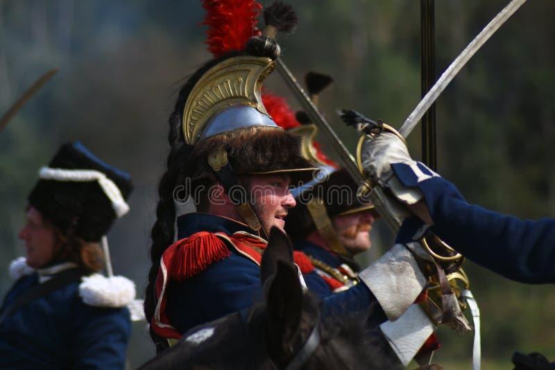 Los coraceros de Reenactors montan caballos en la reconstrucción histórica de la batalla de Borodino en Rusia fotos de archivo