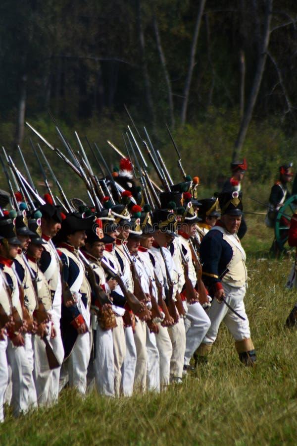 Los coraceros de Reenactors montan caballos en la reconstrucción histórica de la batalla de Borodino en Rusia imágenes de archivo libres de regalías