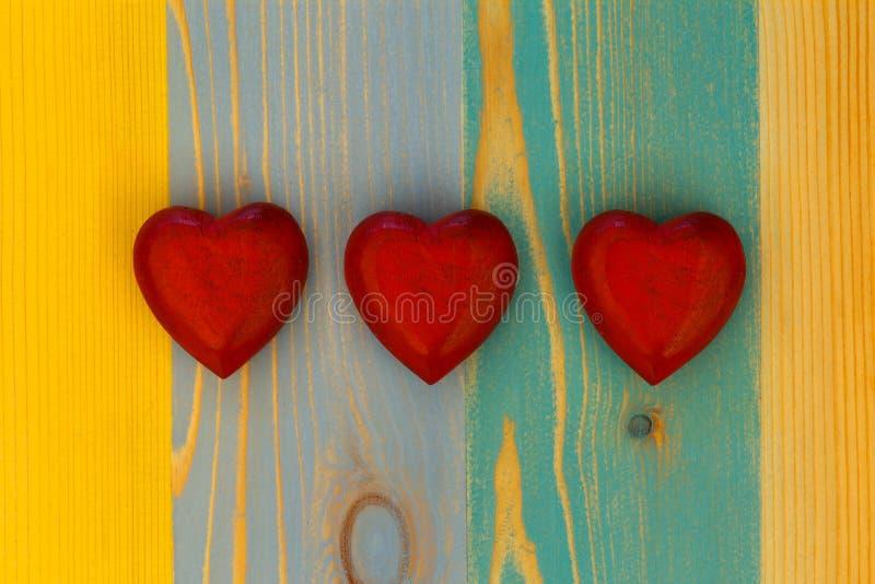 Los corazones de la tarjeta del día de San Valentín del amor en el tablero pintado textura de madera Backgrou imágenes de archivo libres de regalías