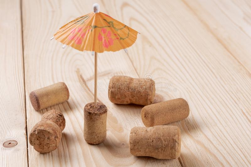 Los corchos del vino se dispersan en los tableros de madera, palillos fuera de un corcho, el concepto de un paraguas de resto, ce fotografía de archivo libre de regalías