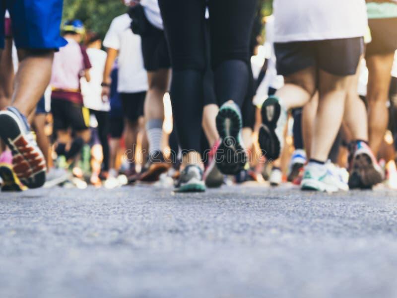 Los corredores de maratón agrupan a la gente que funciona con acontecimiento deportivo al aire libre imagen de archivo libre de regalías