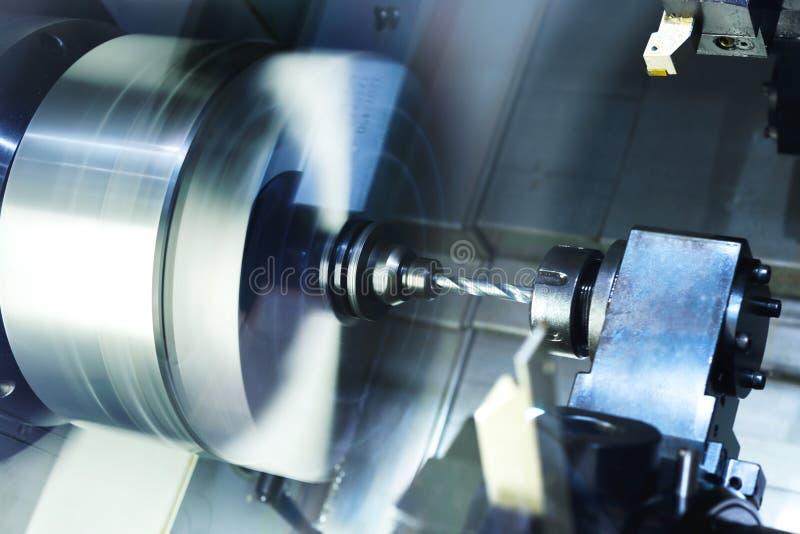 Los cortadores para el metal y el taladro fijaron la revista de la máquina herramienta CNC fotos de archivo