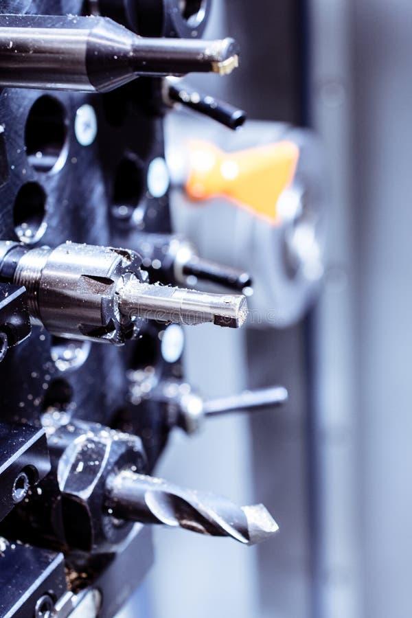 Los cortadores para el metal y el taladro fijaron la revista de la máquina herramienta CNC foto de archivo