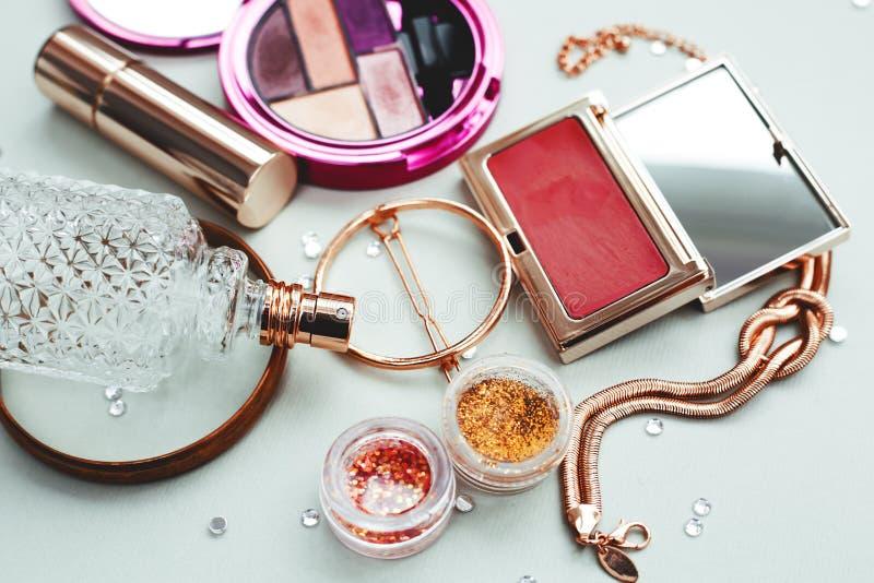 Los cosméticos componen objetos del artista: fotos de archivo libres de regalías