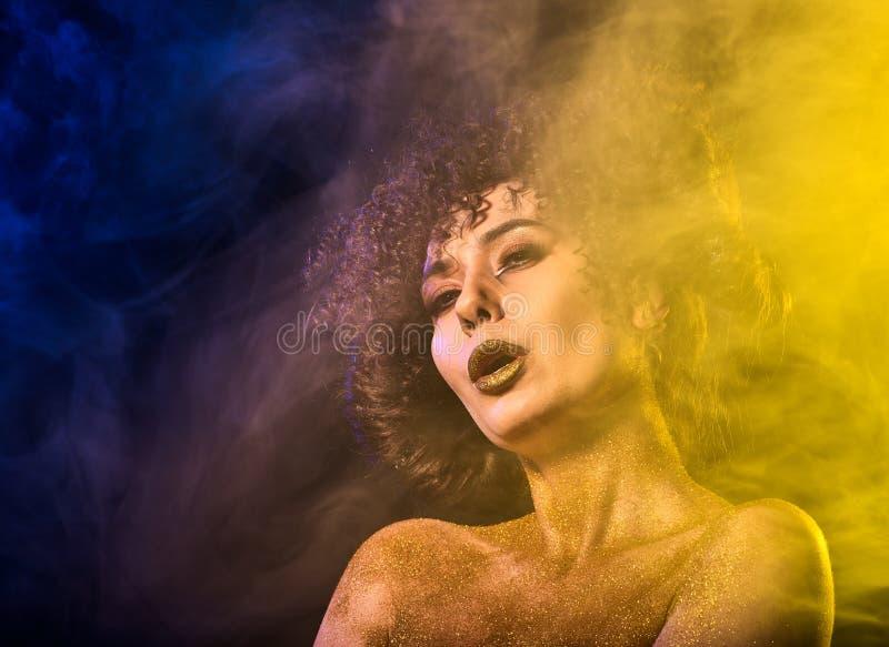 Los cosméticos de oro del polvo en mujer desnuda llevan a hombros con decorativo imagenes de archivo
