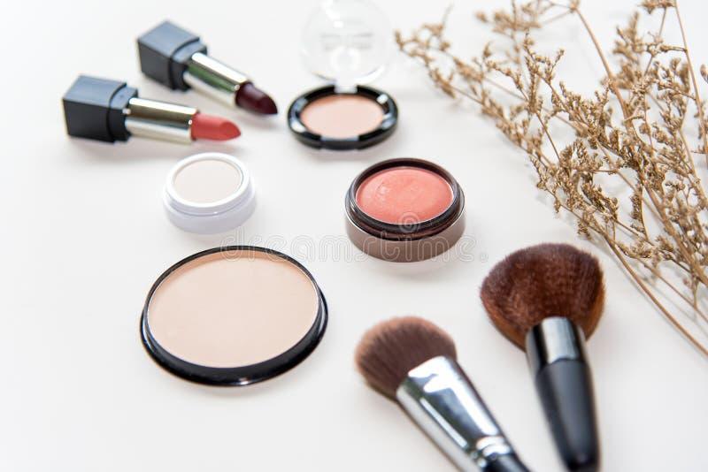 Los cosméticos del maquillaje equipan el fondo y los cosméticos de la belleza, los productos y los cosméticos faciales empaquetan fotos de archivo libres de regalías