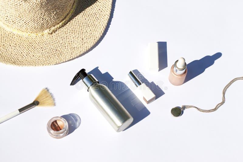 Los cosméticos del verano ponen completamente en el fondo blanco Visi?n superior foto de archivo