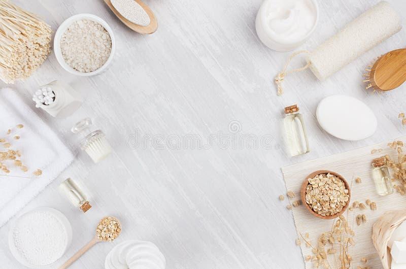 Los cosméticos hechos en casa blancos rústicos fijaron de los productos naturales para los accesorios del cuidado y del baño del  fotos de archivo libres de regalías