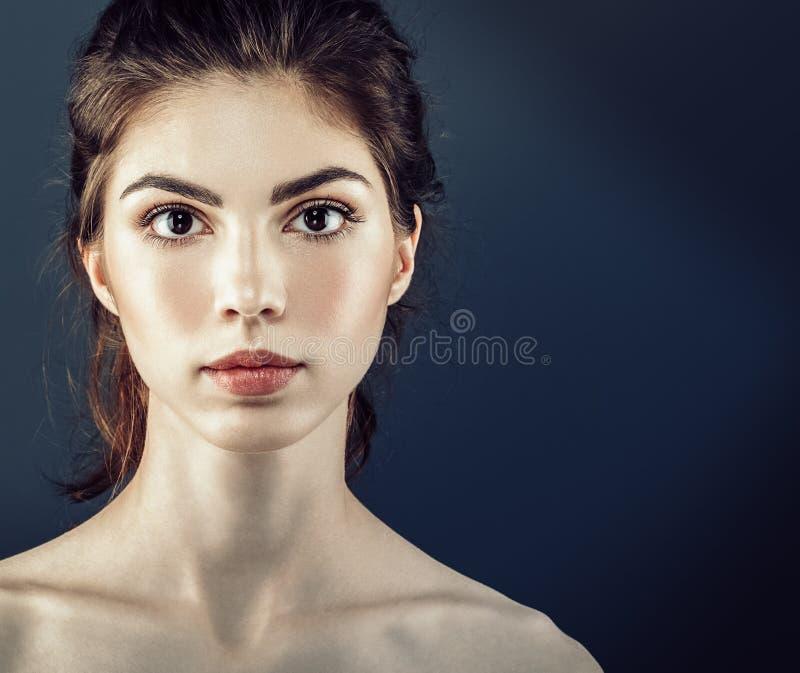 Los cosméticos hermosos de la mujer hacen frente con la piel sana fotos de archivo libres de regalías