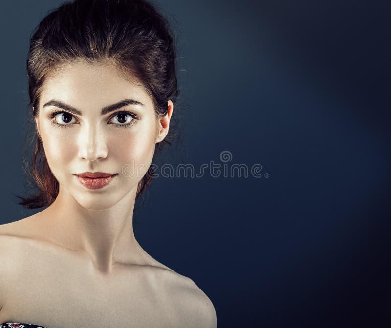 Los cosméticos hermosos de la mujer hacen frente con la piel sana fotografía de archivo libre de regalías