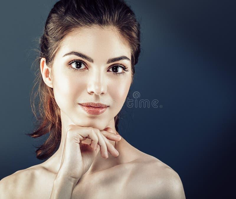 Los cosméticos hermosos de la mujer hacen frente con la piel sana imágenes de archivo libres de regalías