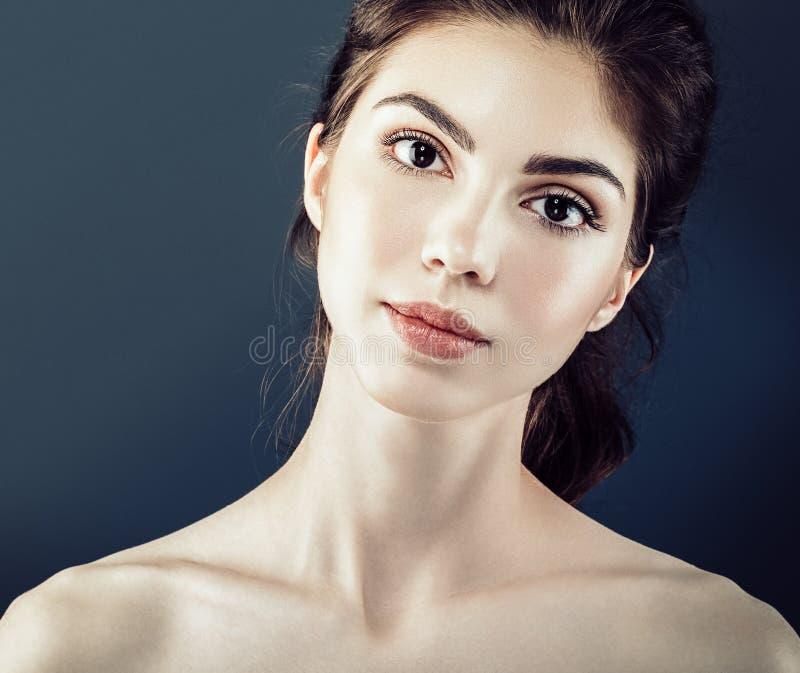 Los cosméticos hermosos de la mujer hacen frente con la piel sana fotos de archivo