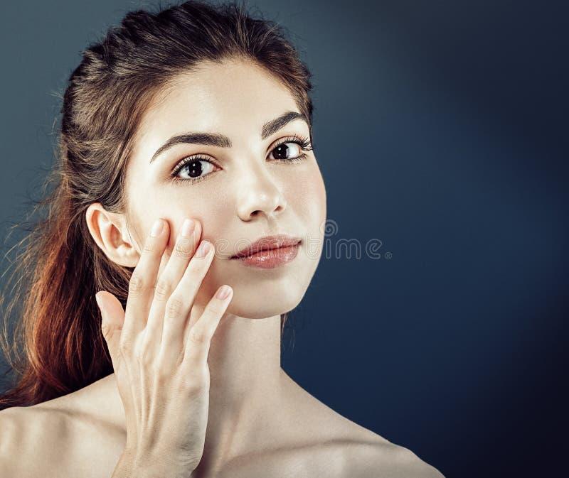Los cosméticos hermosos de la mujer hacen frente con la piel sana imagenes de archivo