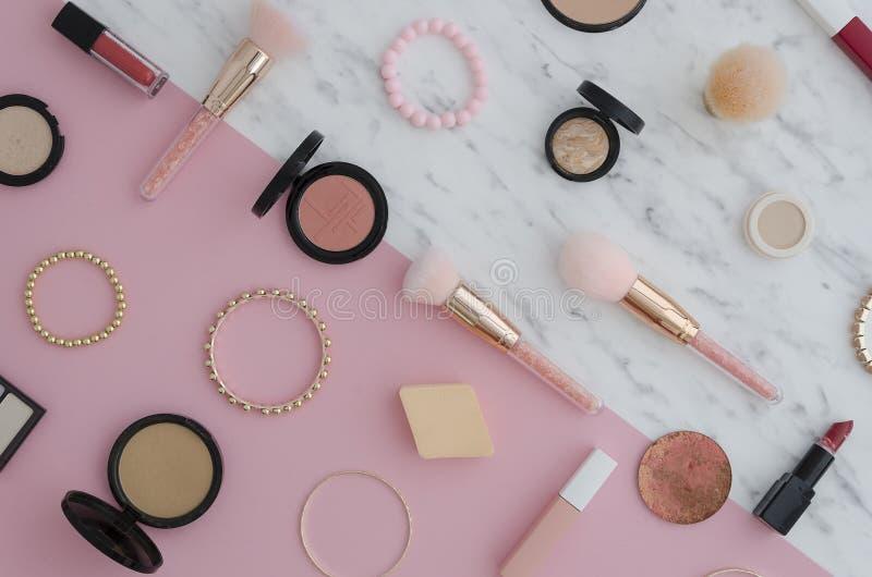 Los cosméticos puestos planos para el maquillaje, sombra de ojos, cepillo, highlighter, lápiz corrector, maquillaje, barra de lab foto de archivo libre de regalías