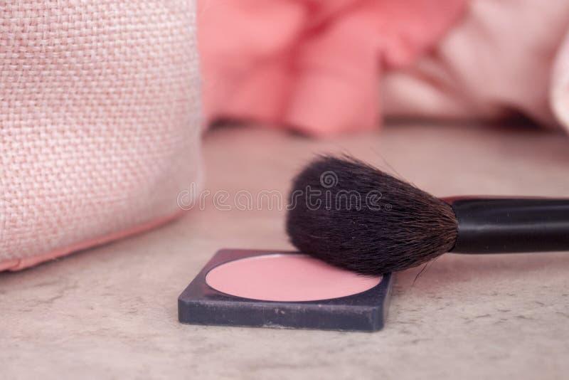 Los cosméticos rosados se ruborizan escena del cepillo imagenes de archivo