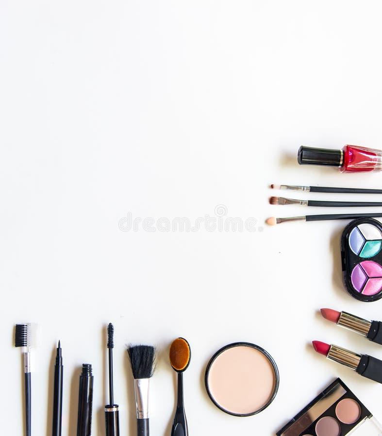 Los cosméticos y el fondo de la moda con componen objetos del artista: lápiz labial, sombras de ojos, rimel, lápiz de ojos, lápiz imagen de archivo libre de regalías