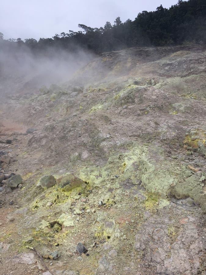 Los cristales del azufre en el azufre del akulamanu del ` de la ha ejercen la actividad bancaria en parque nacional de los volcan foto de archivo