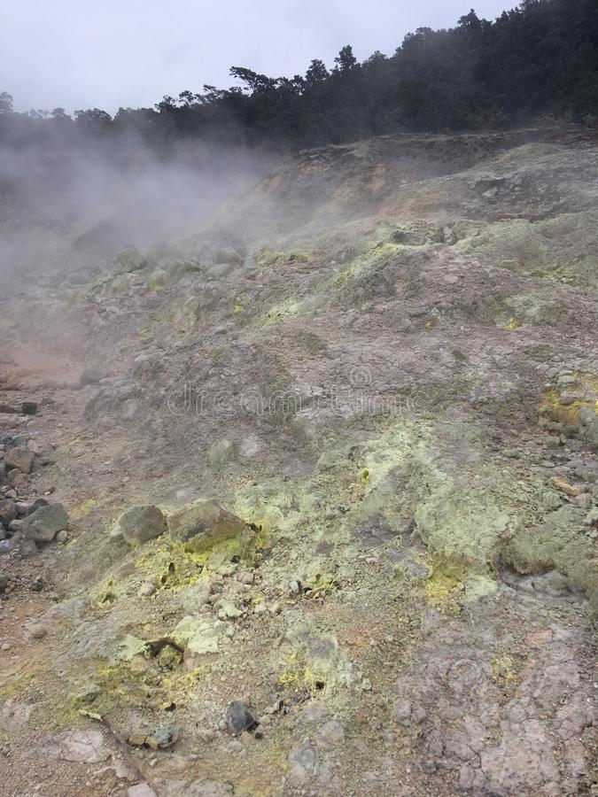 Los cristales del azufre en el azufre del akulamanu del ` de la ha ejercen la actividad bancaria en parque nacional de los volcan foto de archivo libre de regalías