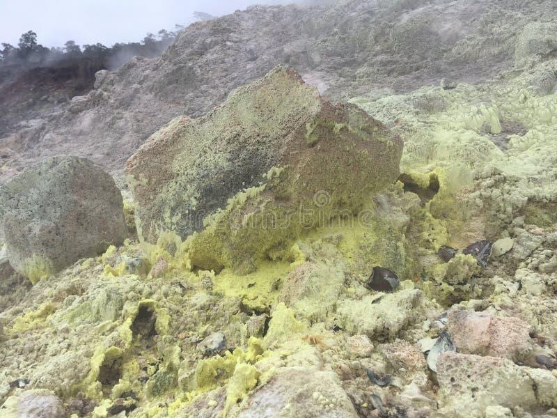 Los cristales del azufre en el azufre del akulamanu del ` de la ha ejercen la actividad bancaria en parque nacional de los volcan imagen de archivo libre de regalías