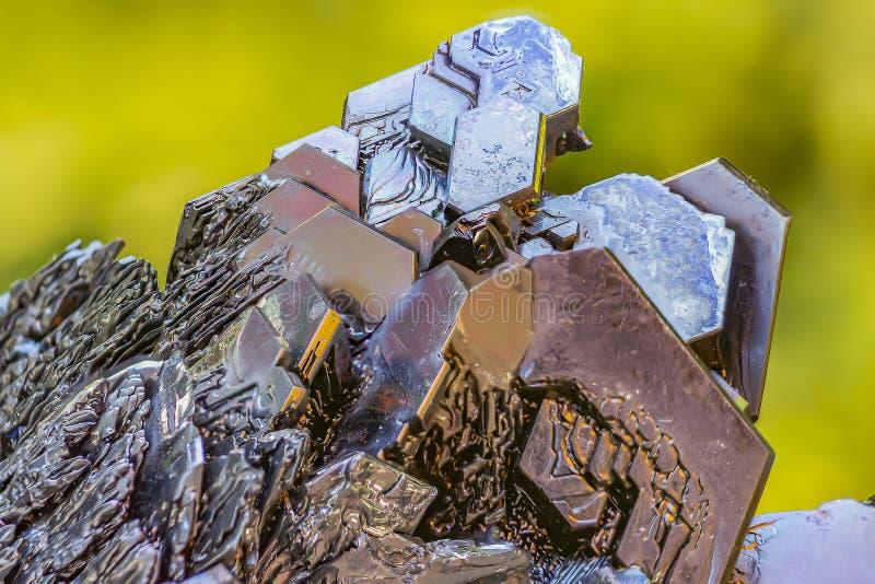 Los cristales maravillosamente formados de un terrón del amontonamiento negro del foco del carburo de silicio fotos de archivo
