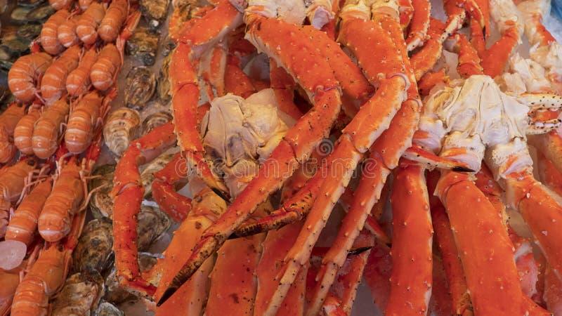 Los crustáceos en el hielo, pila de mariscos tales como cangrejos de rey, camarones, y las langostas, una delicadeza local encont imagen de archivo libre de regalías
