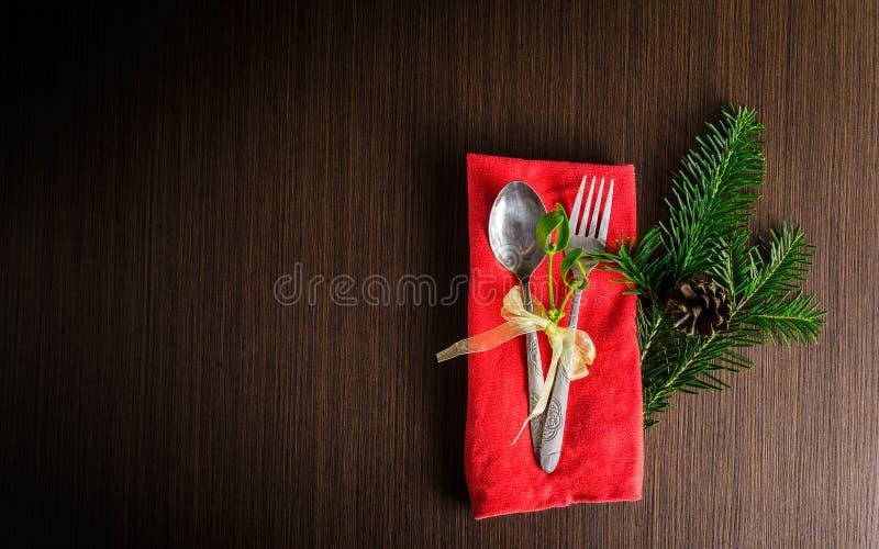 Los cubiertos de la tabla de la Navidad con el pino de la Navidad ramifican, cinta y foto de archivo libre de regalías