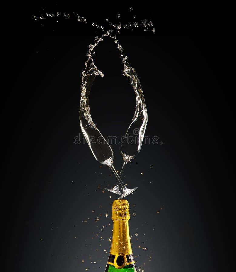 Los cubiletes con champán embotellan y salpican stock de ilustración