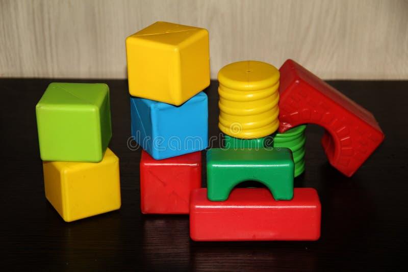 Los cubos brillantes de los niños de diversas formas fotos de archivo