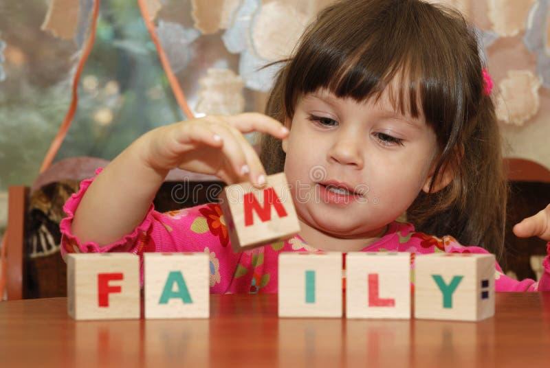 Los cubos de la muchacha y del juguete foto de archivo libre de regalías