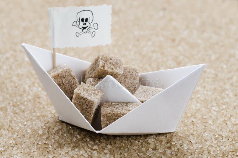Los cubos del azúcar de Brown en un brouw azucaran el mar foto de archivo