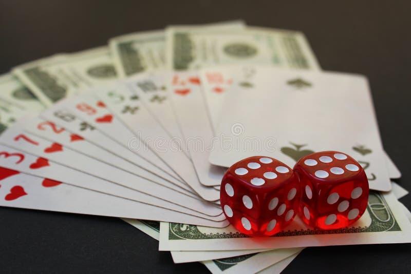 Los cubos y el dinero de las tarjetas del cubo mienten en la tabla foto de archivo libre de regalías