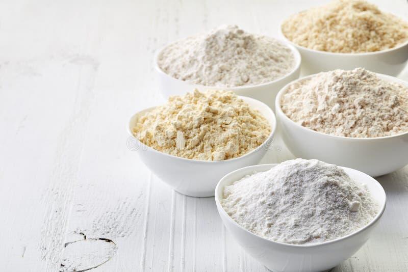 Los cuencos de gluten liberan la harina imagenes de archivo