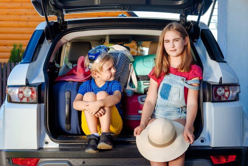 Los días de fiesta listos de la casa del equipaje del niño del muchacho de la muchacha del perro de Labrador de las maletas de la imagen de archivo