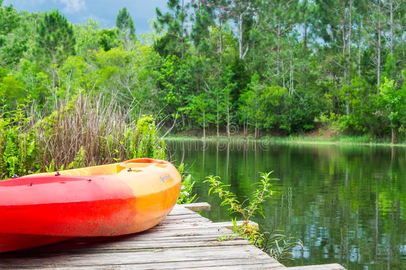 Los días de verano - Kayak en el embarcadero con el lago y los árboles foto de archivo libre de regalías