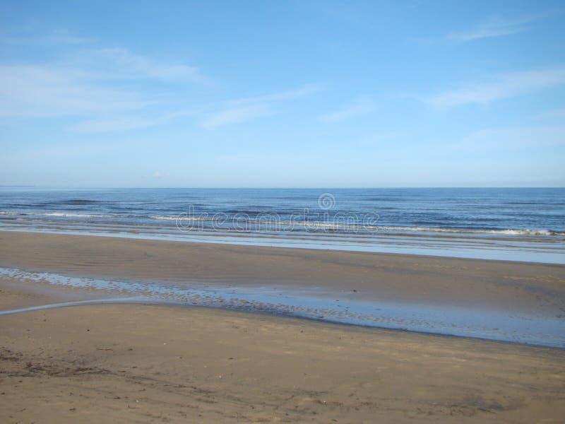 Los días pasados de verano en el mar Báltico El chapoteo de las ondas en la orilla fotos de archivo libres de regalías