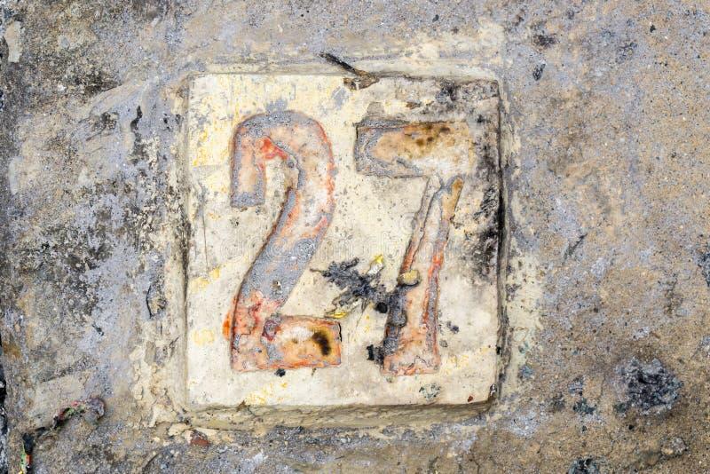 Los dígitos con hormigón en la acera 27 imagen de archivo libre de regalías