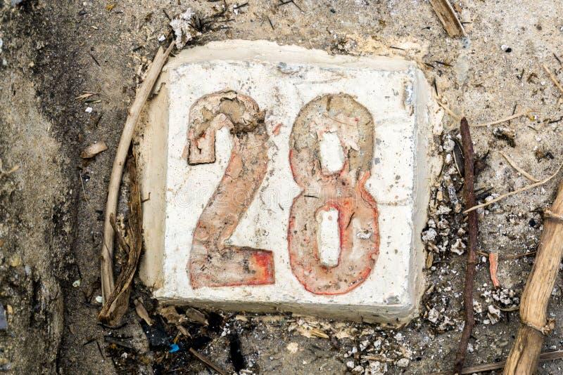 Los dígitos con hormigón en la acera 28 fotografía de archivo