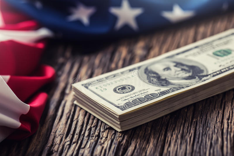 Los dólares americanos los E.E.U.U. señalan por medio de una bandera Ciérrese para arriba del dinero del efectivo de la bandera a imagenes de archivo