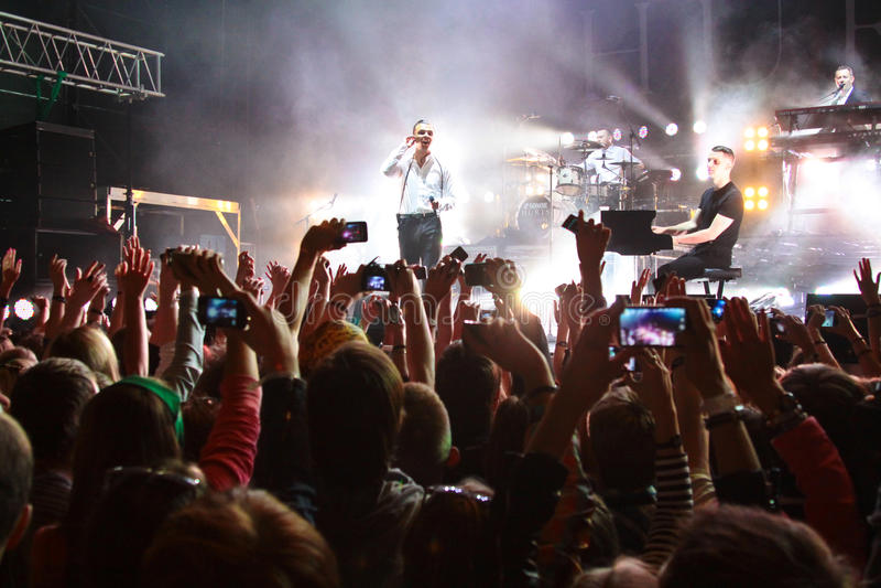 Los DAÑOS del grupo se realizan el LA MAYORÍA festival 2013 del 2 de julio de 2013 en Minsk, Bielorrusia fotos de archivo