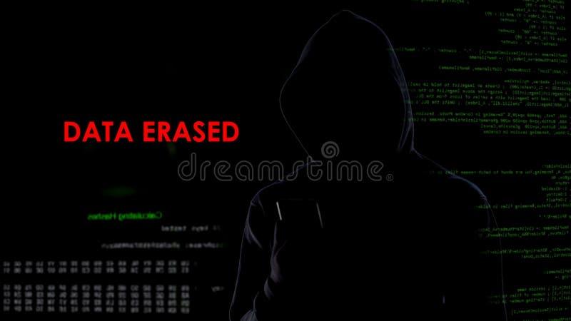Los datos borrados hombre oscuro de la cara usando smartphone, información importante desaparecen imagenes de archivo