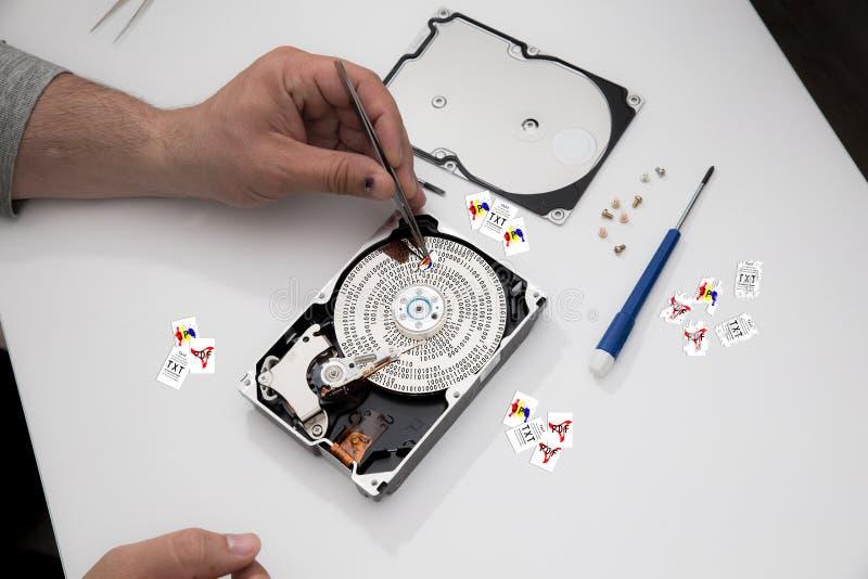 Los datos del rescate borraron de los datos quebrados HDD infectado virus, restauran datos personales foto de archivo libre de regalías