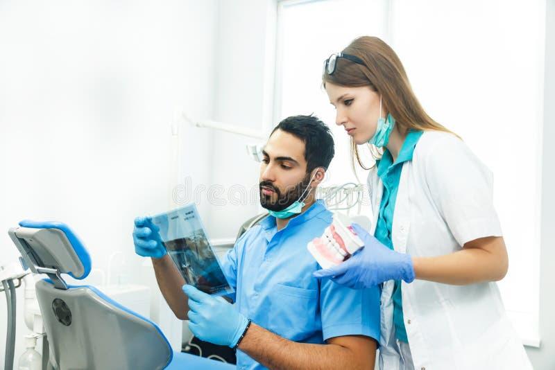 Los dentistas discuten el caso particular fotografía de archivo