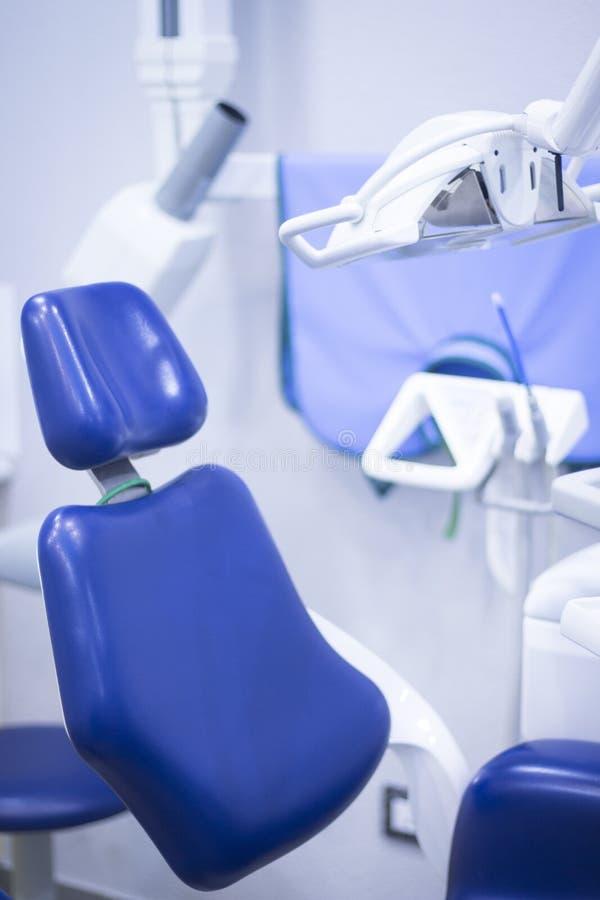 Los dentistas presiden en clínica dental imagenes de archivo