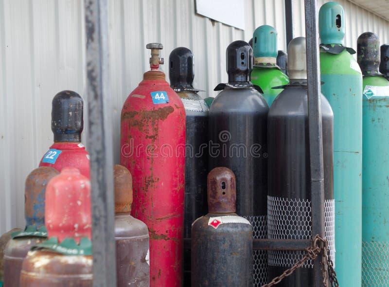 Los depósitos de gas reutilizables rellenan productos químicos debajo de las botellas vacías de la presión fotografía de archivo libre de regalías